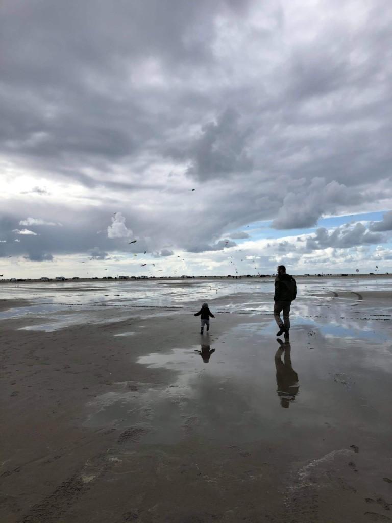 Jakob og sin søn på stranden til dragefestival på Lakolk strand